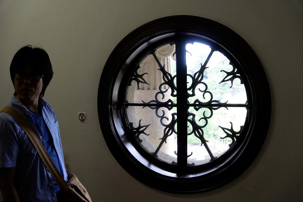 【大原美術館の謎解き】正面の丸窓から見る景色がよい