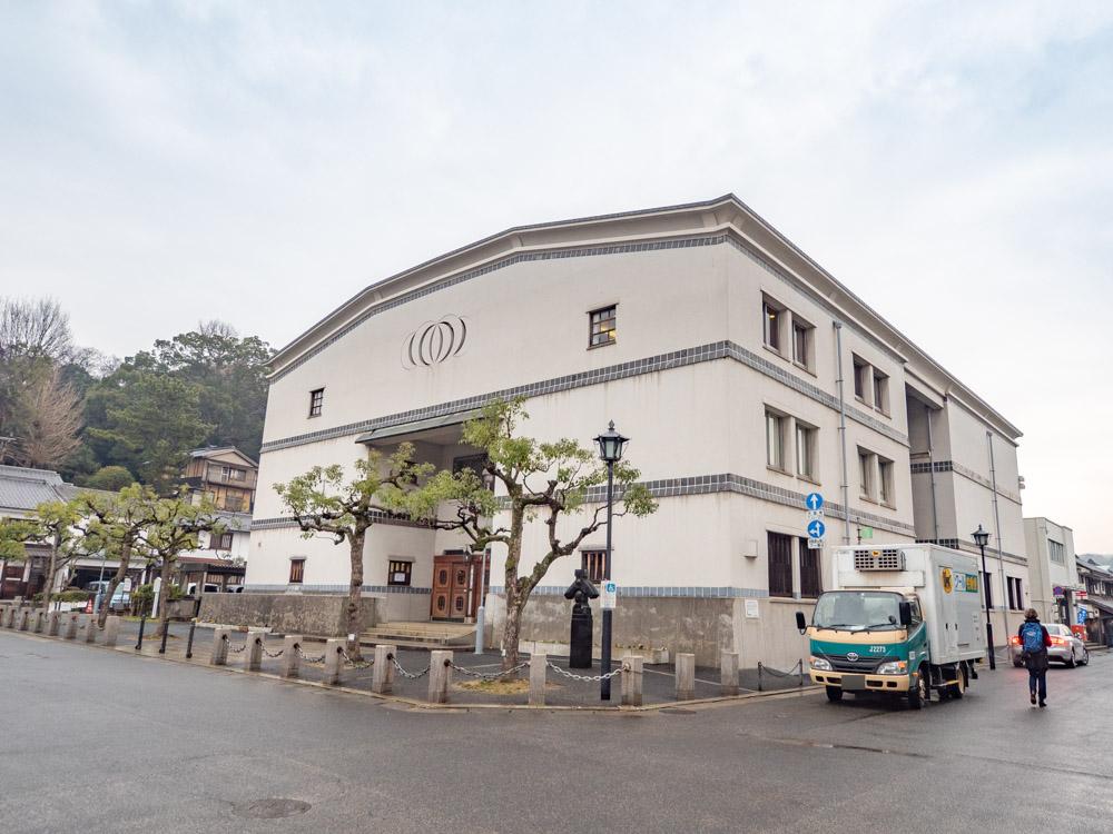 観龍寺へ向かう交差点に建つ「倉敷公民館」