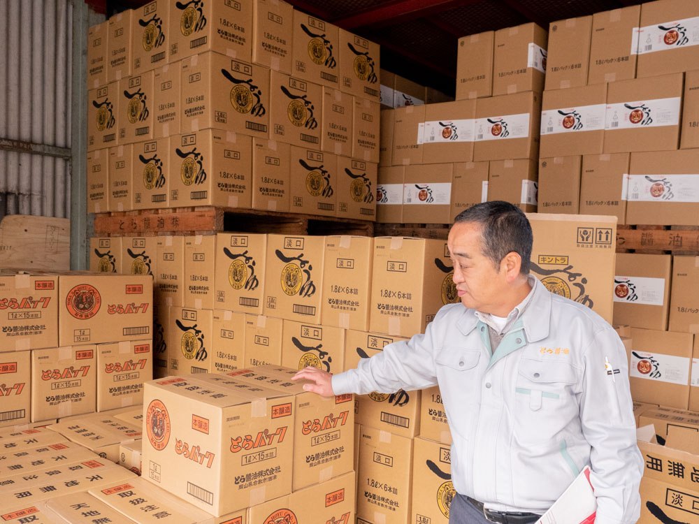 とら醤油:村上取締役と出荷前の商品
