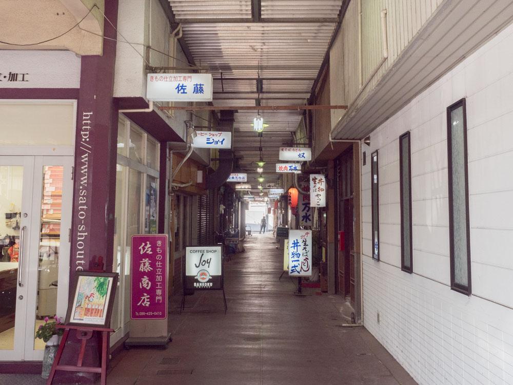 ふじ心:JR倉敷駅前からの行き方(倉敷デパート 通路)