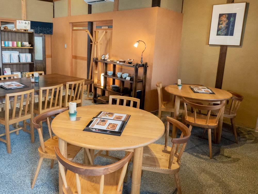 倉敷中島屋:4人掛けのテーブル