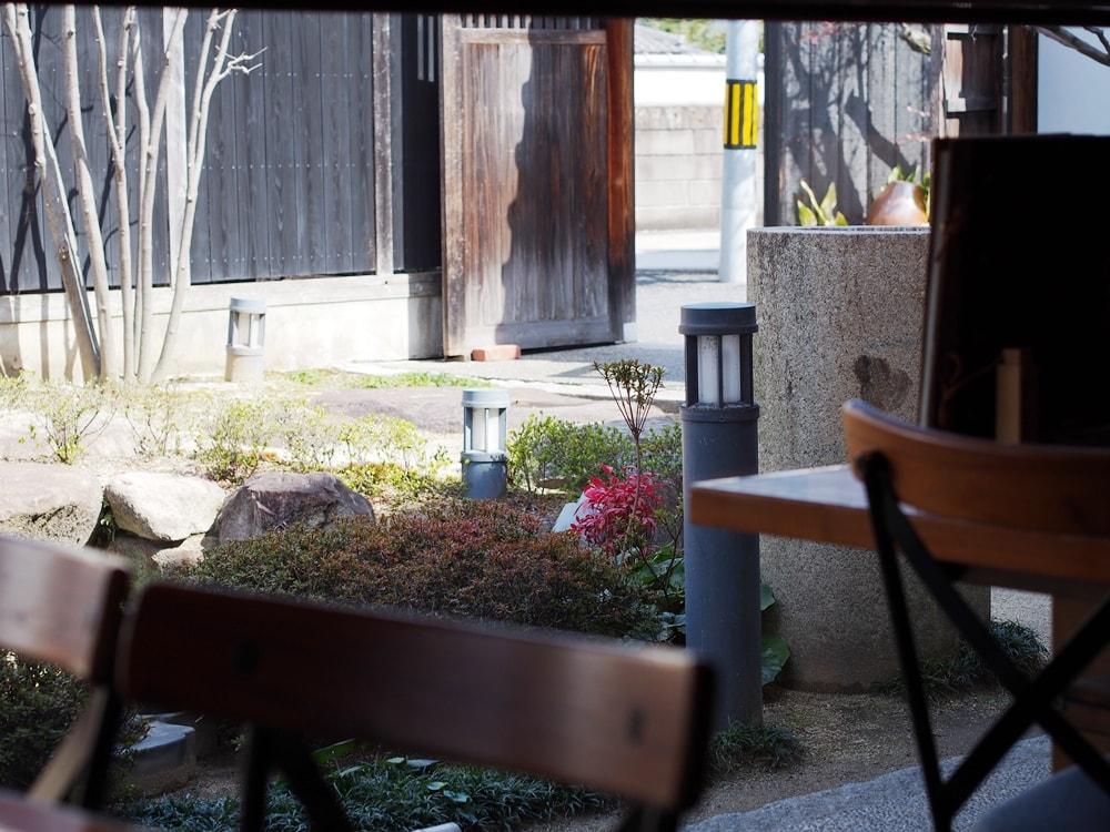 武野屋店内から庭を望む