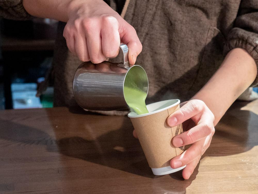 ヤマウ・コーヒースタンド:抹茶ラテをつくっているようす