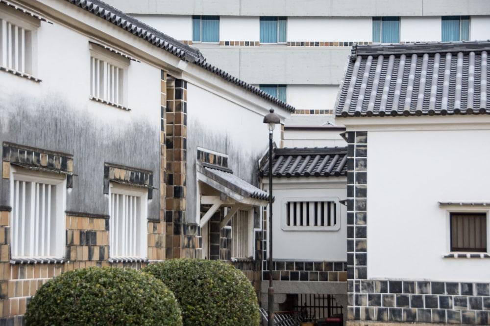 大原美術館 工芸・東洋館と倉敷国際ホテルの壁