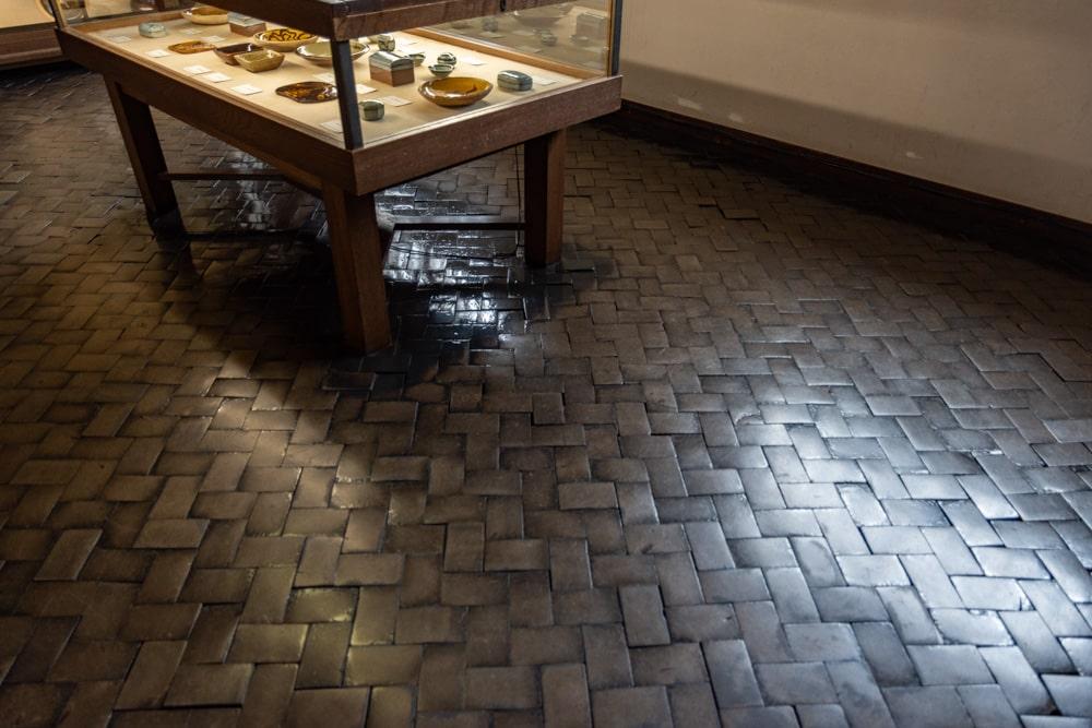 大原美術館 工芸・東洋館 木レンガの床