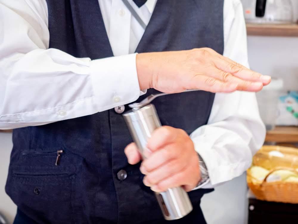 喫茶 心温 珈琲を粉にする