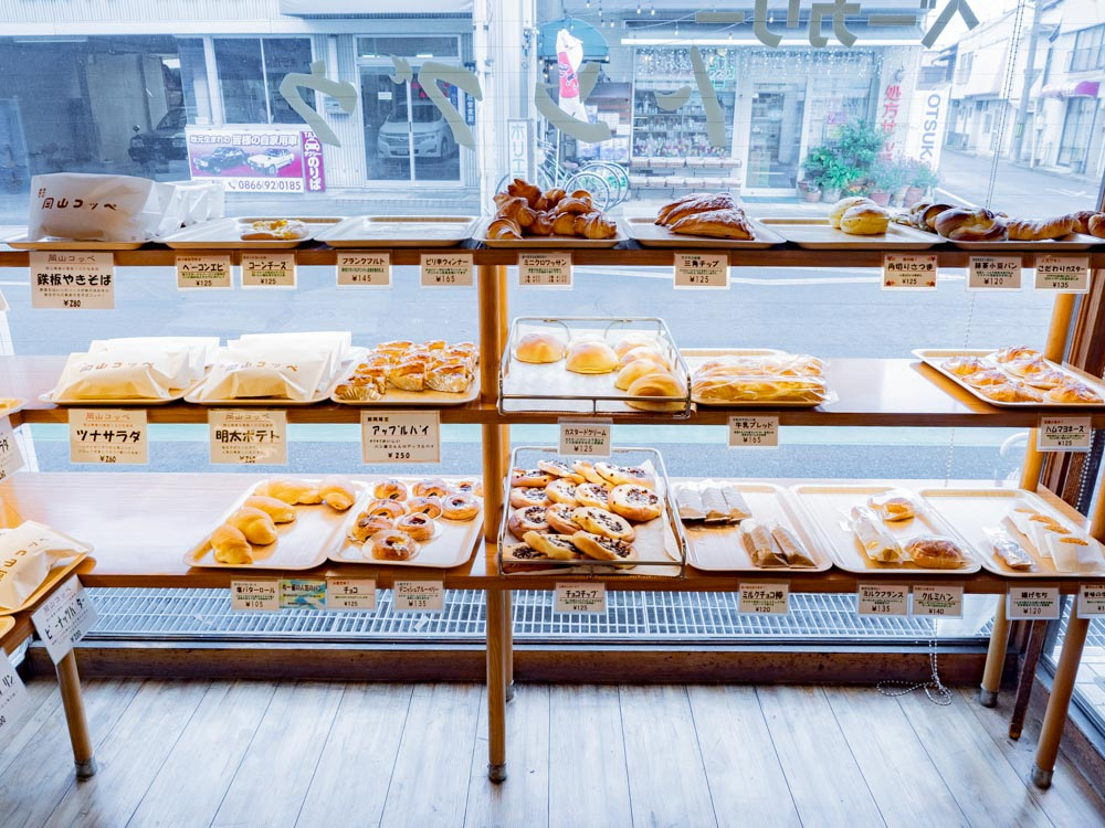 トングウの惣菜パンの販売風景