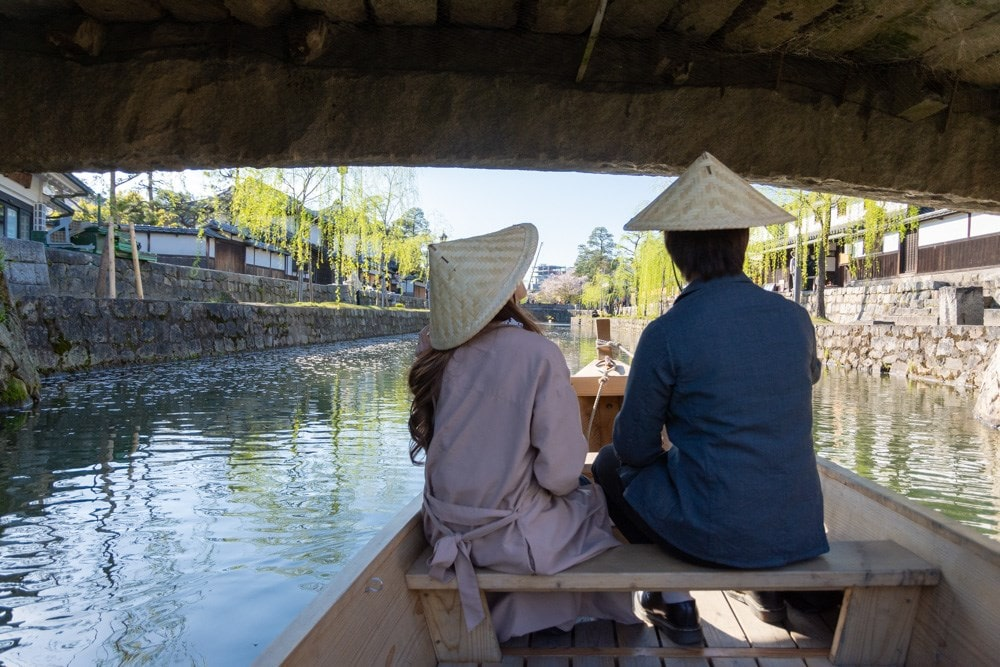 くらしき川舟流し 橋をくぐる