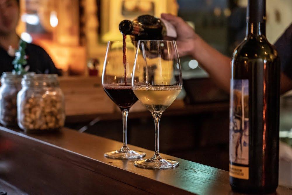 LUCE WINE&TAPAS(ルーチェ ワインアンドタパス) ワインを注ぐ