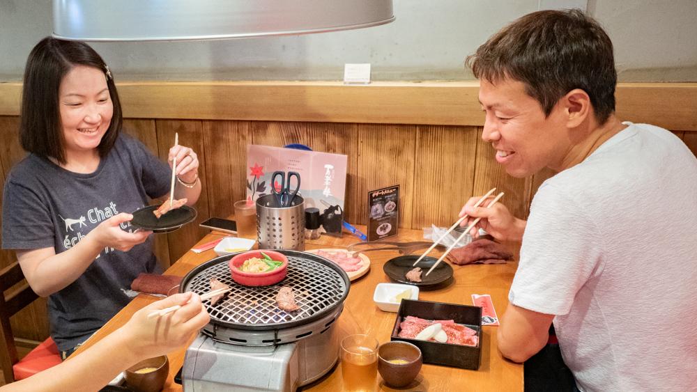 愛道園で焼肉を楽しみながら会話が弾む利用客のようす