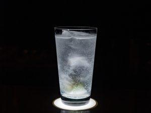 バー・ディンプル(Dimple) 〜 美しい照明の演出やゆとりある席でウイスキーやカクテルを楽しめる。季節の果実や生ハム・自家製の燻製にも注目!