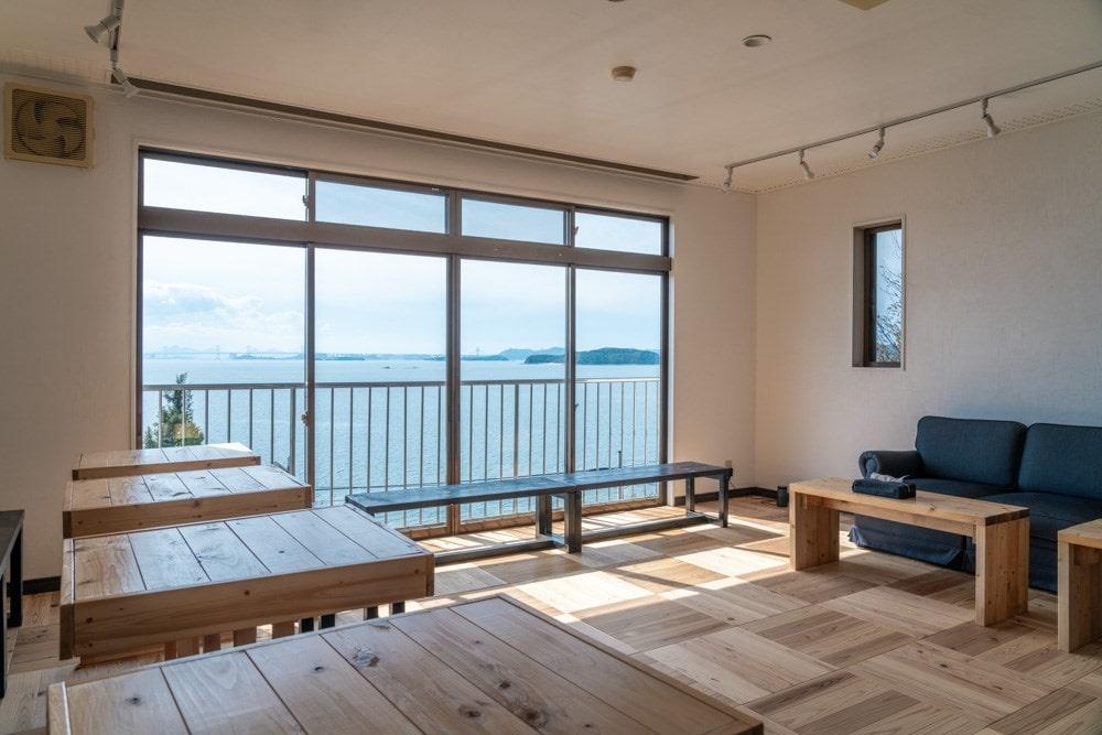 DENIM HOSTEL float ~ 瀬戸内海の絶景を眺める、「いいもの」が詰まったカフェ&ホステル