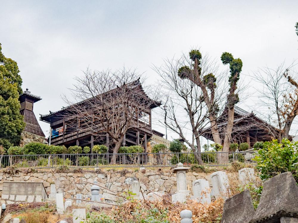 本栄寺:境内から見える阿智神社