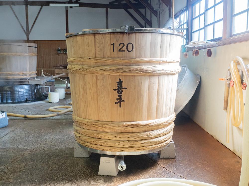 平喜酒造:蒸し米の樽