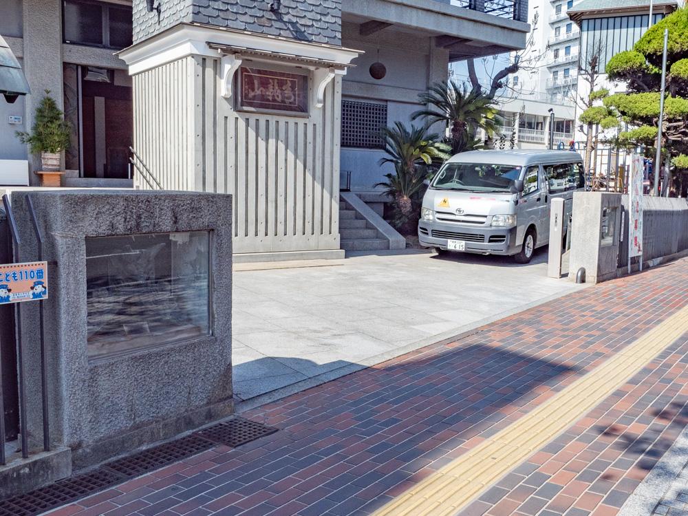 地蔵院:門の両側に飾られた江戸時代の鬼瓦