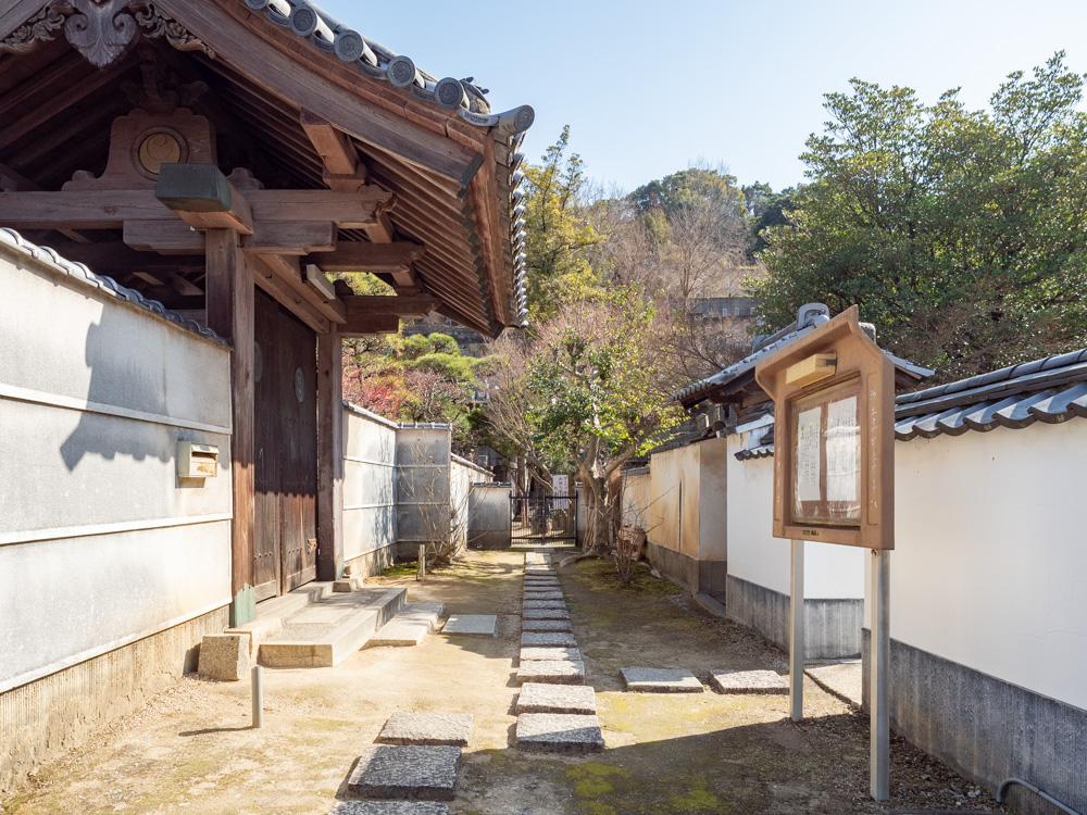 教善寺:山門前の墓地への道
