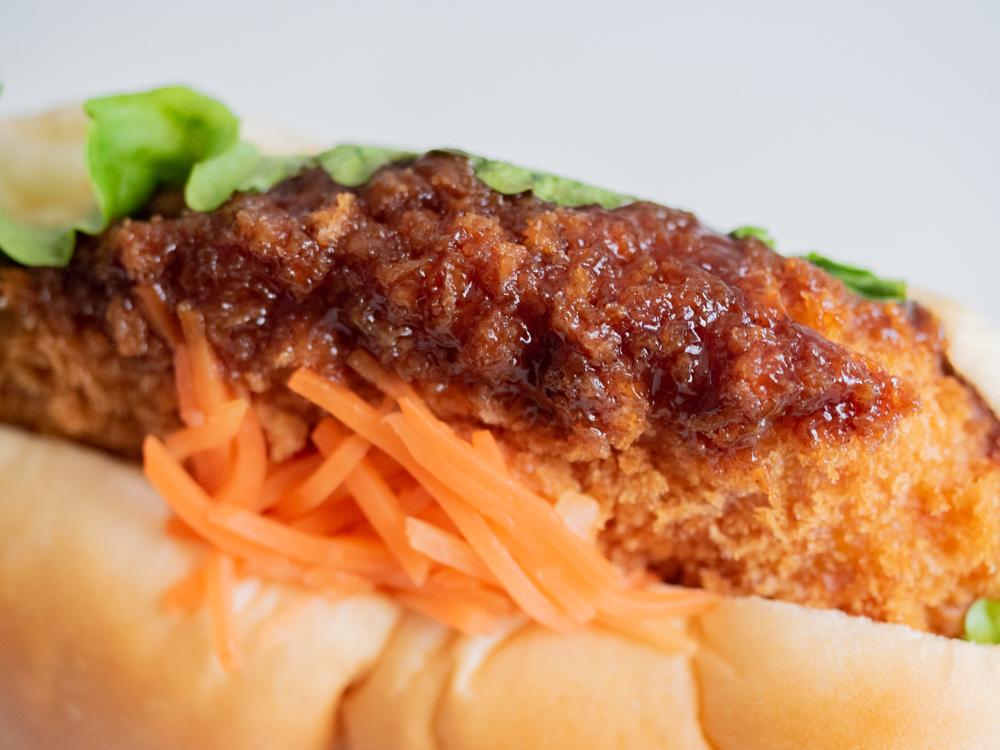 豊島屋(タテソース):ハラペコッペ(牛肉コロッケ&激辛ソース)