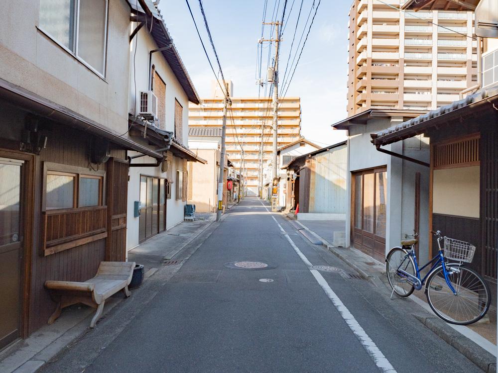 月のうつわへの行き方:月のうつわへの行き方:阿智神社西参道口から北へ向かう路地