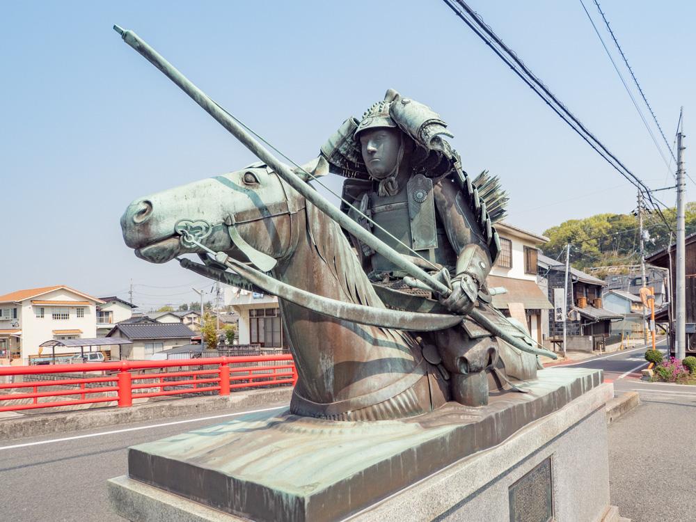 藤戸饅頭本舗:盛綱橋の佐々木盛綱像