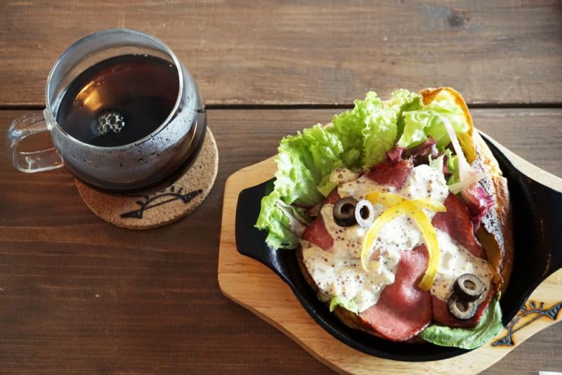 CAFE BRIDGE ローストビーフ自家製ソース添えのダッチベイベーとコーヒー
