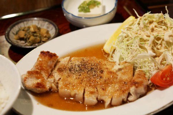 ノラネコ食堂真備店 ~ ボリューム満点な定食とお酒に合うおつまみ。地元の人が集まる親しみやすいお店