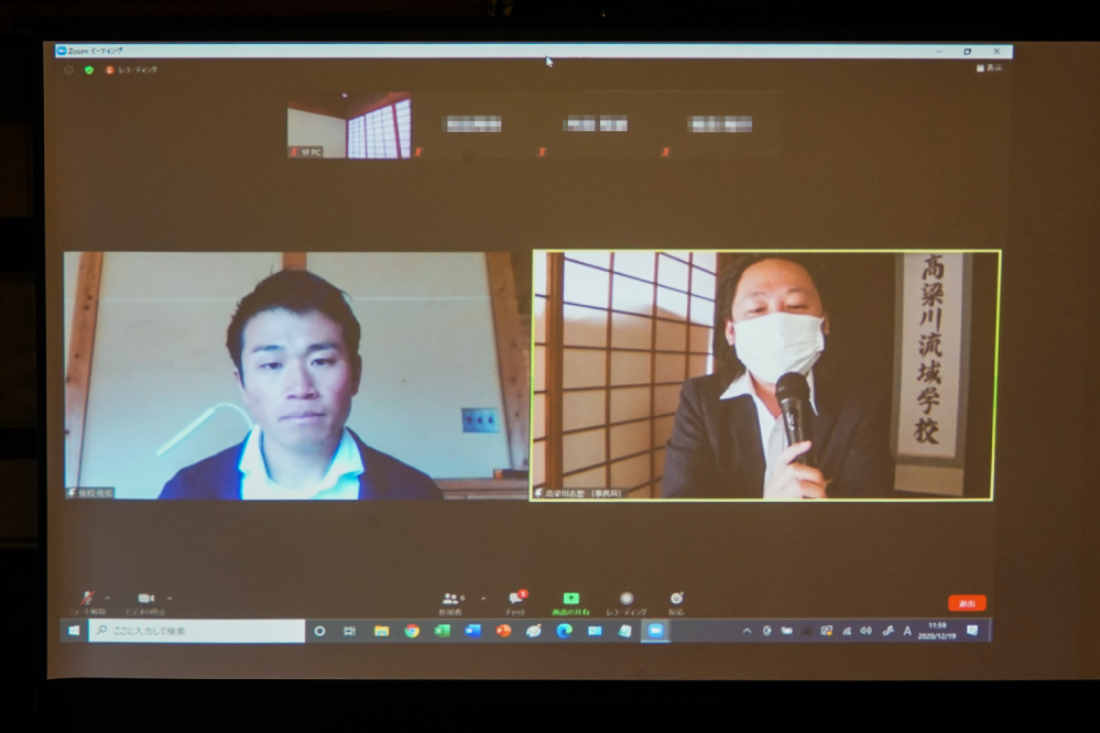 木工職人 佐伯さん(左)と司会の高梁川流域学校 代表理事 坂ノ上博史さん(右)