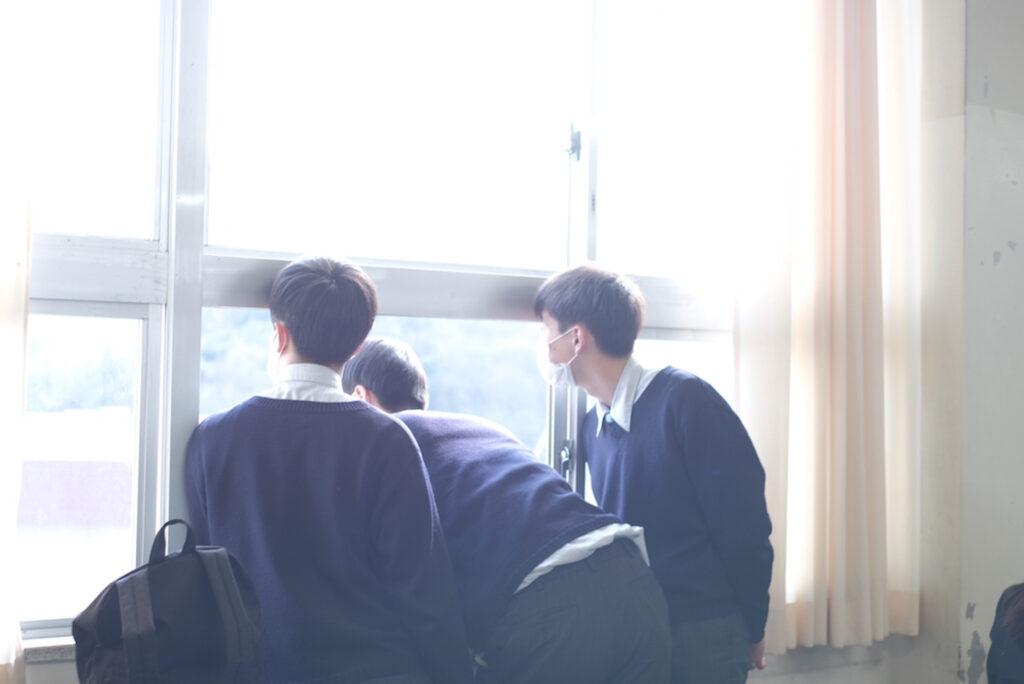 鷲羽高校 授業風景 窓を見る