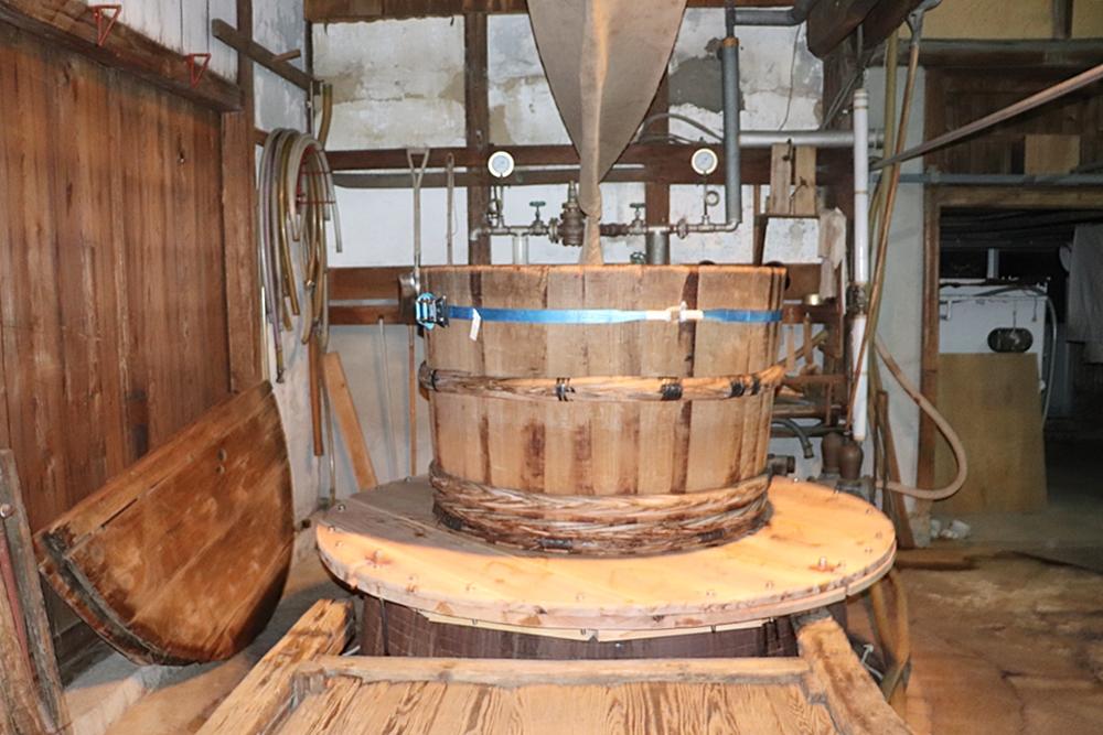 三冠酒造の日本酒を醸造している大きな樽