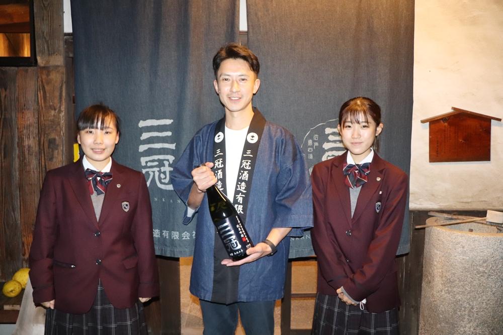 児島鷲羽高校ビジネス科の生徒と三冠酒造の前畠さん