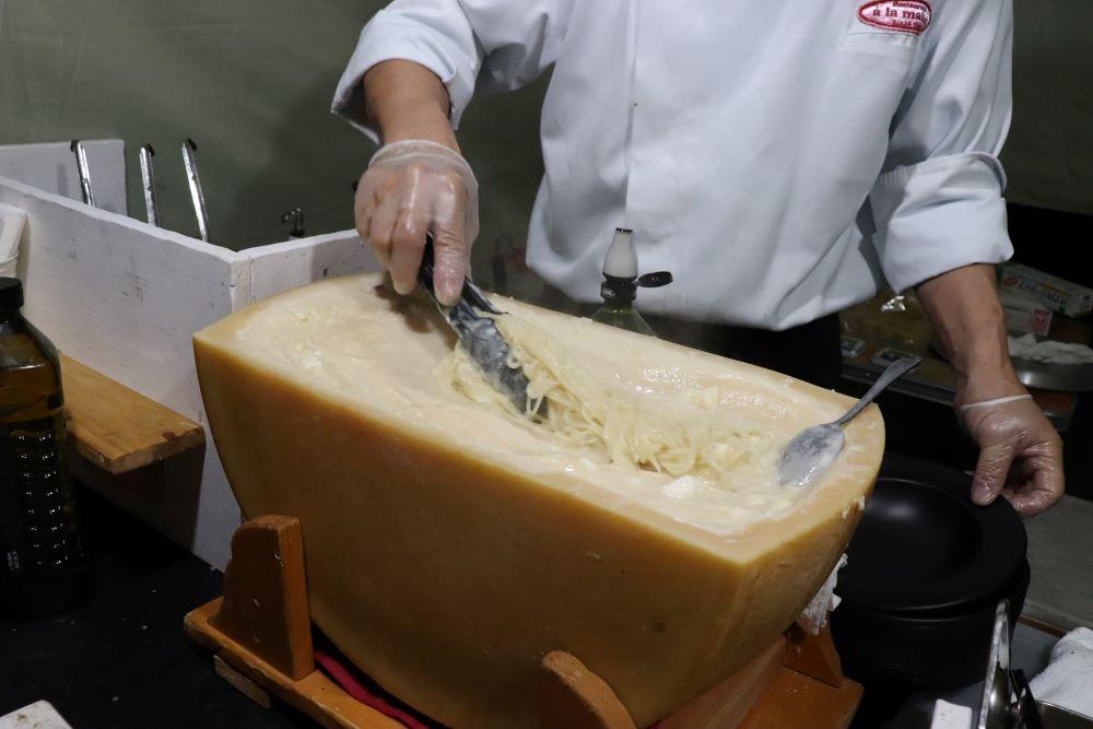 生パスタをチーズの上で温めているところ