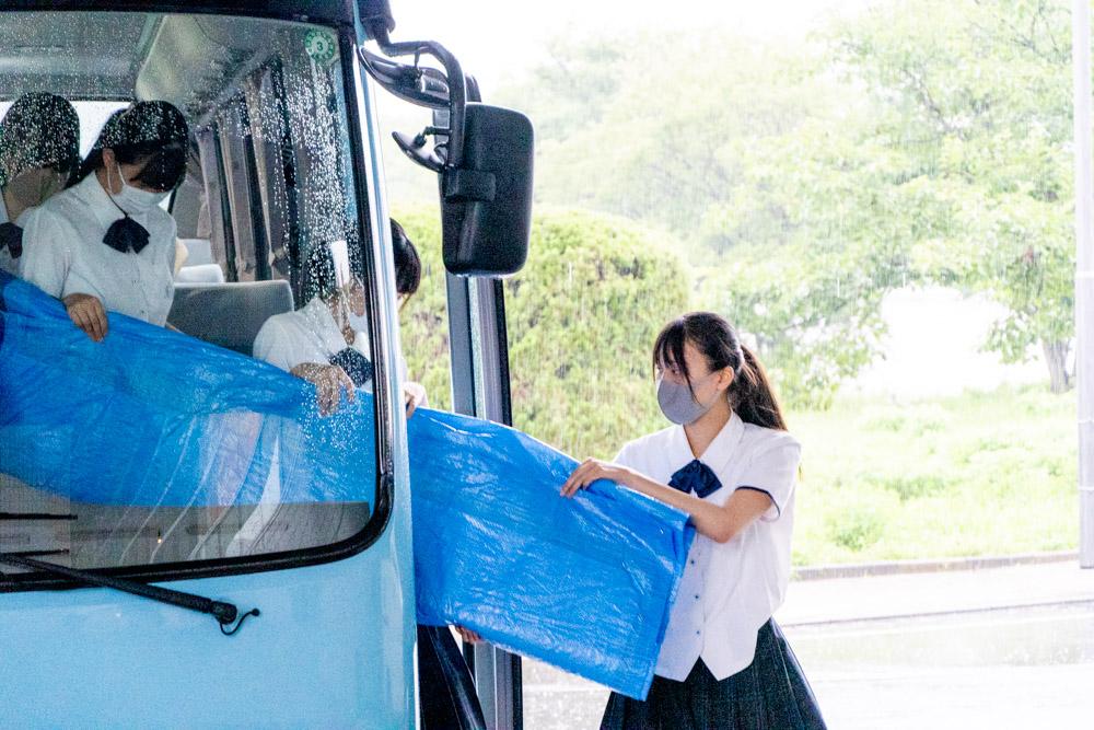 バスから搬出する部員