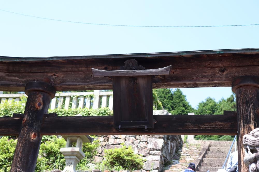 鳥居にある三菱のロゴマーク